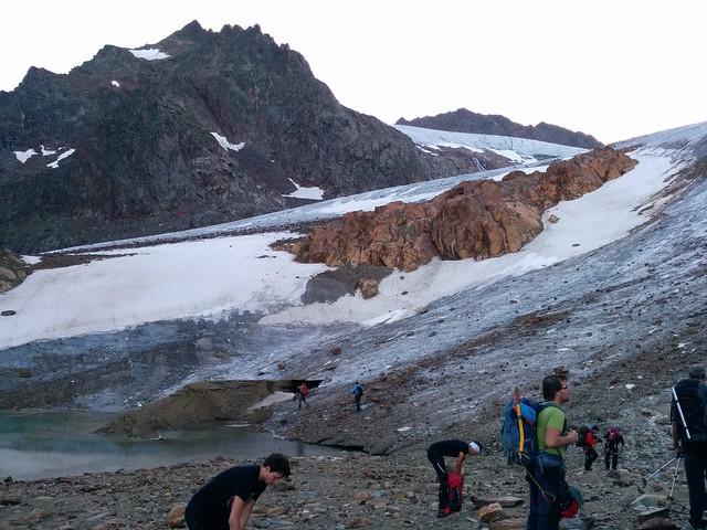 An der Gletscherzunge angekommen, Vorbereitung für den Aufstieg