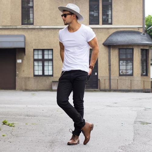 無地白Tシャツ×ブラックジーンズ×茶カントリーブーツ