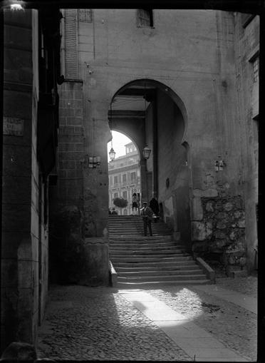 Arco de la Sangre en Toledo hacia 1920. Fotografía de Enrique Guinea Maquíbar © Archivo Municipal de Vitoria-Gasteiz