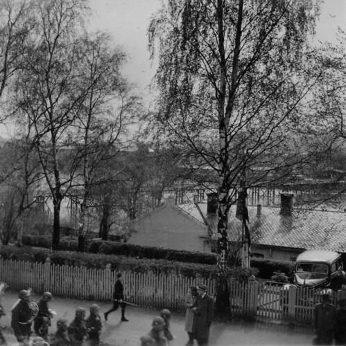 Polititroppenes musikkorps marsjerer gjennom Elvegata (1945)