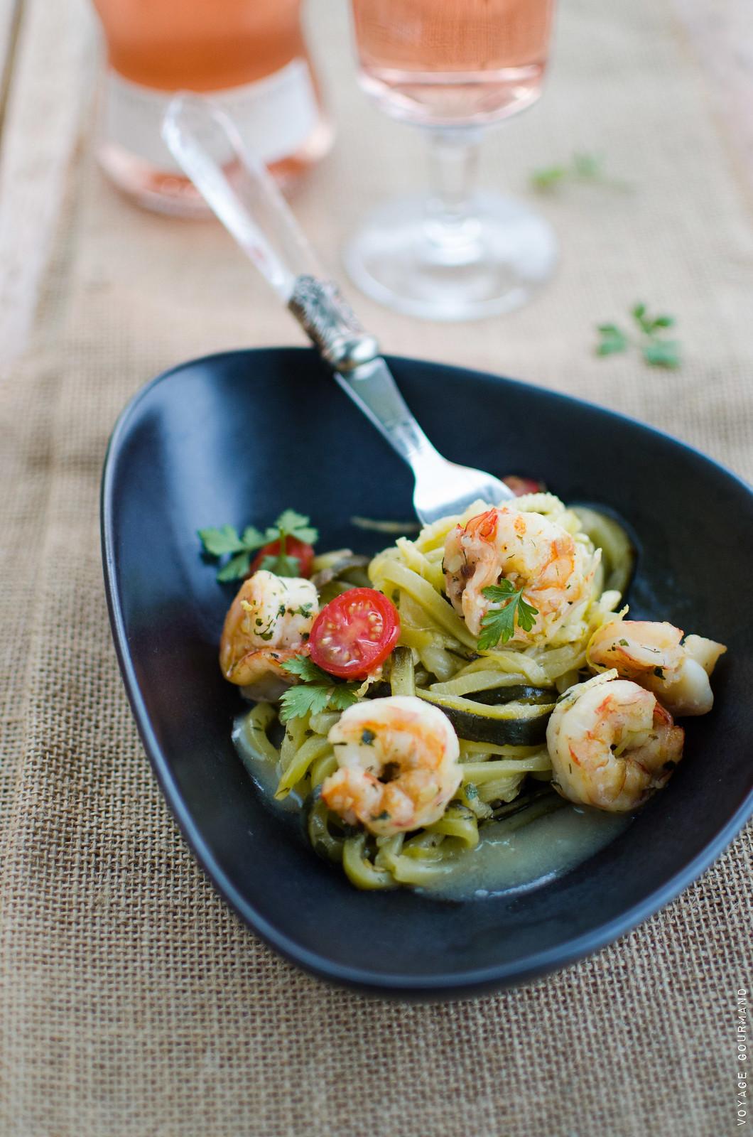 Linguines de courgettes aux crevettes rôties et et à l'ail