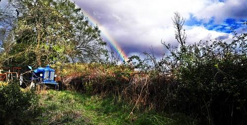Tractor y arco iris.