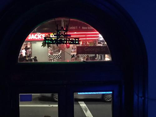 Im Three Wise Monkey, auf der George Street, gegenüber vom Burger King