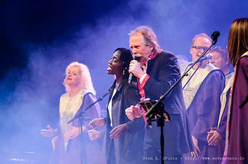Auma Obama, Henning Krautmacher & Livingospel Choir / Höhner (SAD_20151209_NKN0264)
