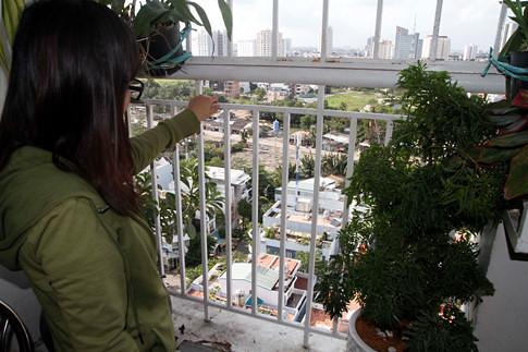 Căn hộ của bà Hạnh lắp lưới an toàn sau vụ tai nạn thương tâm ẢNH: PHẠM HỮU