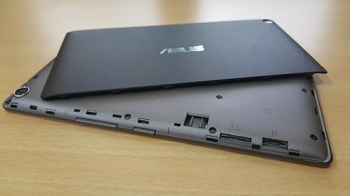 แกะฝาหลังของ ASUS ZenPad 7.0 (Z370CG) ออกมา จะเห็นสล็อตใส่ MicroSD card กับ Micro SIM card