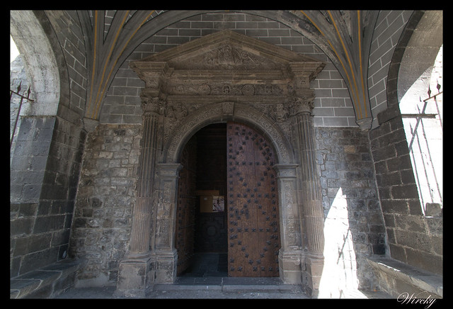 Puerta de entrada a Iglesia parroquial de San Pedro de Ansó