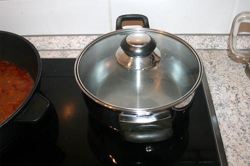 51 - Wasser für Kritharaki aufsetzen / Bring water for kritharaki to a boil