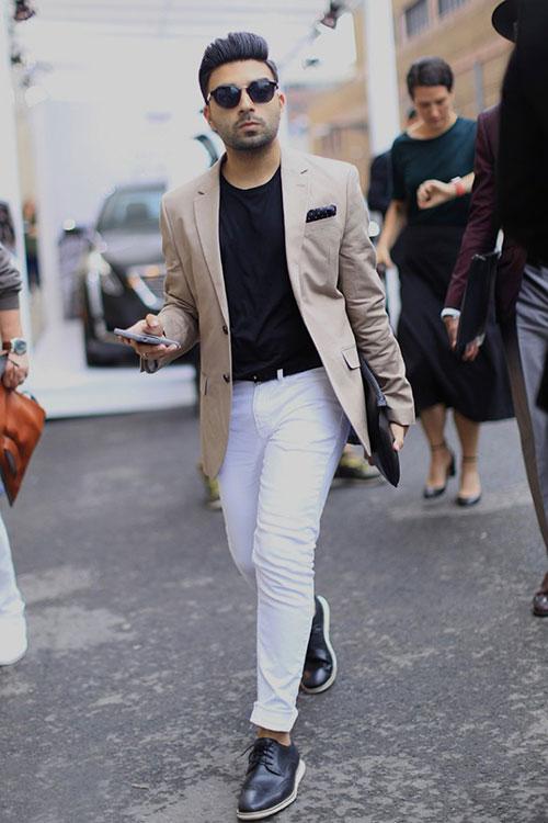 ベージュテーラードジャケット×ホワイトパンツ×黒ウイングチップ