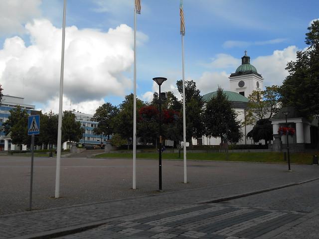 Kesäkukka-amppelit sijoillaan - Hämeenlinnan keskustori 6.9.2015