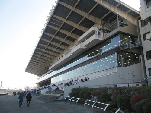 金沢競馬場のスタンドをゴール板方面から見上げる