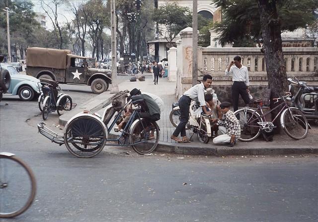 Saigon Street Corner 1966-67 - Photo by Rick Parker - Góc Nguyễn Huệ-Tôn Thất Thiệp, cạnh bên hông Tòa Hòa Giải