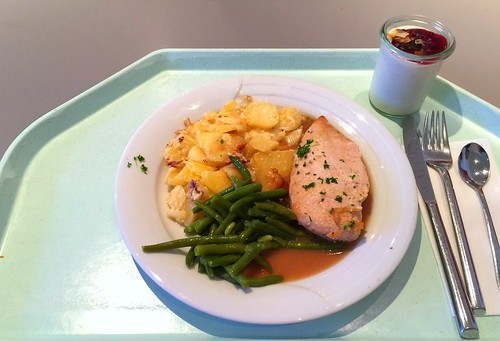 Chicken breast on green beans and red wine sauce with potato gratin / Hähnchenbrust auf Prinzessbohnen und Rotweinjus, dazu Kartoffelgratin