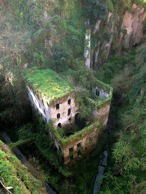 <strong>Nhà máy ma </strong> ở Italy đã bị bỏ hoang từ năm 1866. Độ ẩm cao đã khiến nơi này nhanh chóng bị phủ rêu và mang một màu sắc lạnh lẽo.