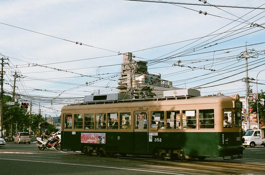 皆実町六丁目 広島 Hiroshima 2015/09/01 來到這個路口,這裡剛好是兩條路線交會的地方。  Nikon FM2 / 50mm AGFA VISTAPlus ISO400 Photo by Toomore