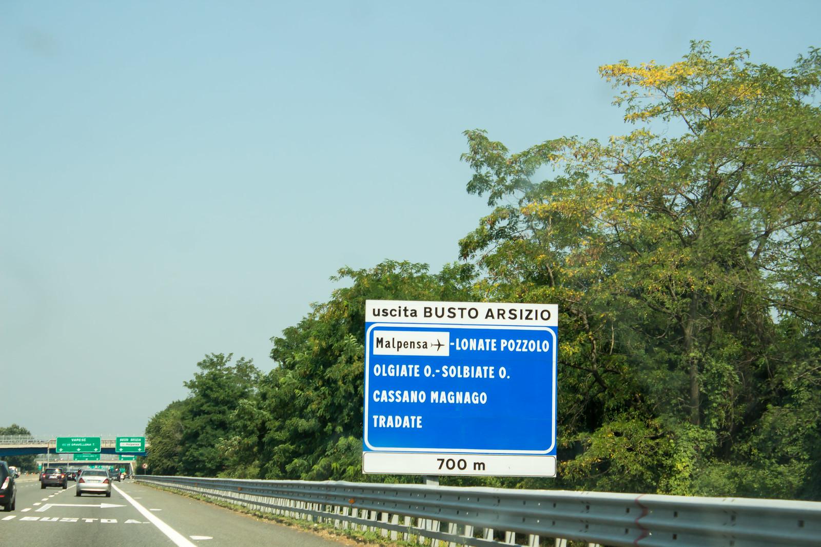 Выезжаем из города в северном направлении по платной автомагистрале. Готовимся к повороту на право после указателя на аэропорт.