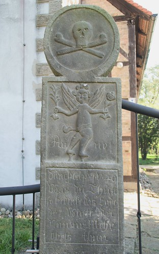 Dannefeld, Stele am Eingang zum Kirchhof