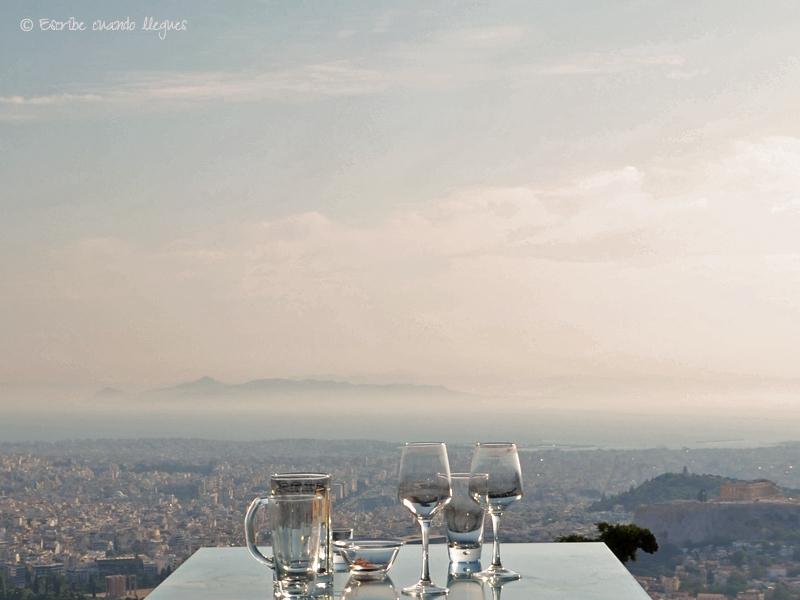 Atenas es una ciudad repleta de edificios pero con el enorme atractivo de contar con varios miradores naturales, desde los que obtener una vista de la Acrópolis realmente espectacular