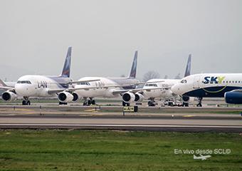 LAN A320 estacionados y A319 Sky Airline (Ricardo Zapata)