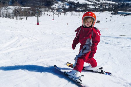 Deti na lyžiach na slovenskom povinne s helmou