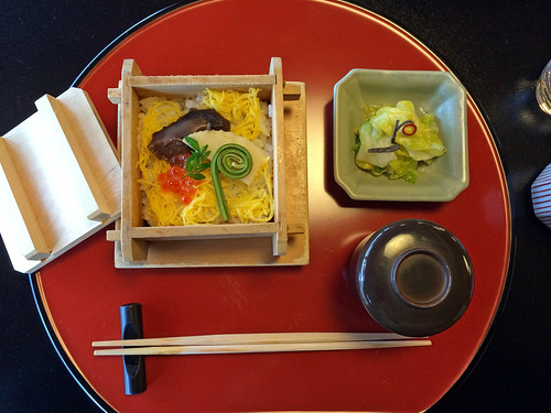 Vinegared rice with salmon roe and wild plants