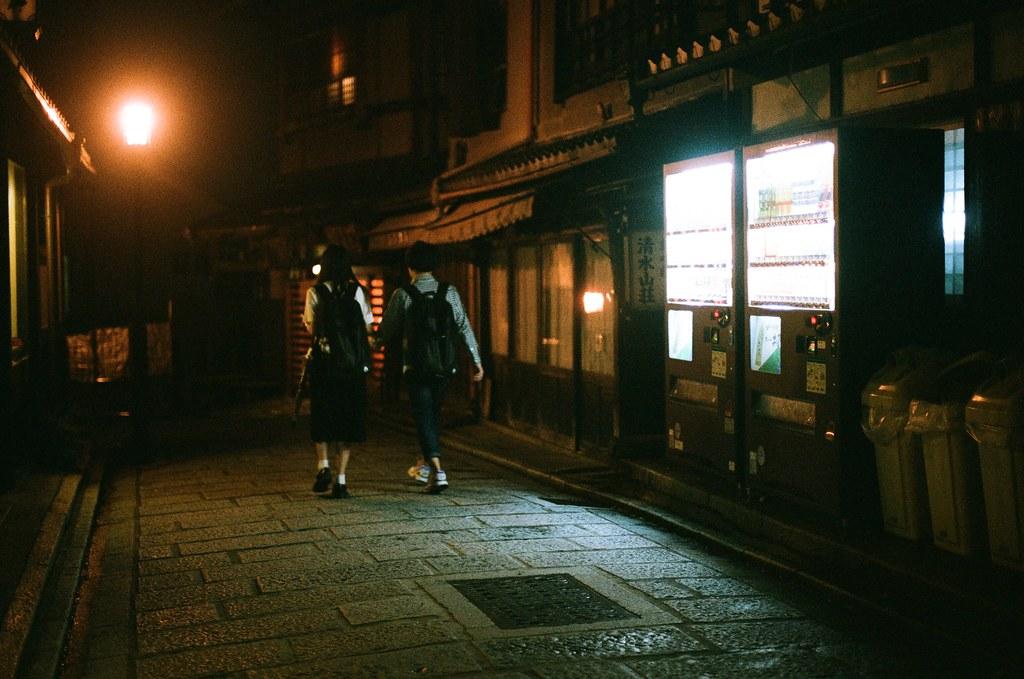 清水寺 夜間 京都 Kyoto 2015/09/24 走過去的學生,我是等他們經過販賣機前面,因為這樣可以借販賣機的光拍到她們。  這一天晚上沒有直接回到住的地方,而是跑來拍晚上的清水寺,因為沒有夜間參拜的關係,這裡太陽下山後店家就打烊了,整條路上就這樣安安靜靜的,我記得那時候才剛過晚上七點而已。  Nikon FM2 Nikon AI Nikkor 50mm f/1.4S AGFA VISTAPlus ISO400 0951-0008 Photo by Toomore