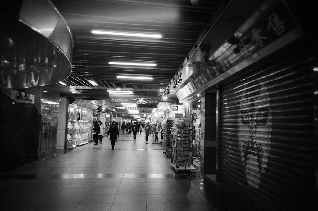 台北火車站地下街 / Lomo LC-A+ 2015/11/02 - 2015/11/04 第一卷 Lomo LC-A+ 拍的黑白底片。不像一般相機可以縮一點光圈,所以畫面都有點軟軟的,但這就是 Lomo 的特色啦,暗角!  大概花了兩天的時間在上下班通勤的時候隨意拍,挑幾張還不錯的畫面!  Lomo LC-A+ Kodak TRI-X 400 / 400TX 2939-0010 Photo by Toomore
