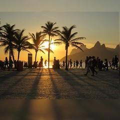 No Arpoador, o sol cai assim, como registra o primoroso click de J Conde Rocha...  #aplausoblogauroradecinema  #blogauroradecinemaaplaude  #sunset #sunsetlover #20likes #sunrises_and_sunsets #click  #landscape #arpoador #iloverio #olhar_brasil #porainorio