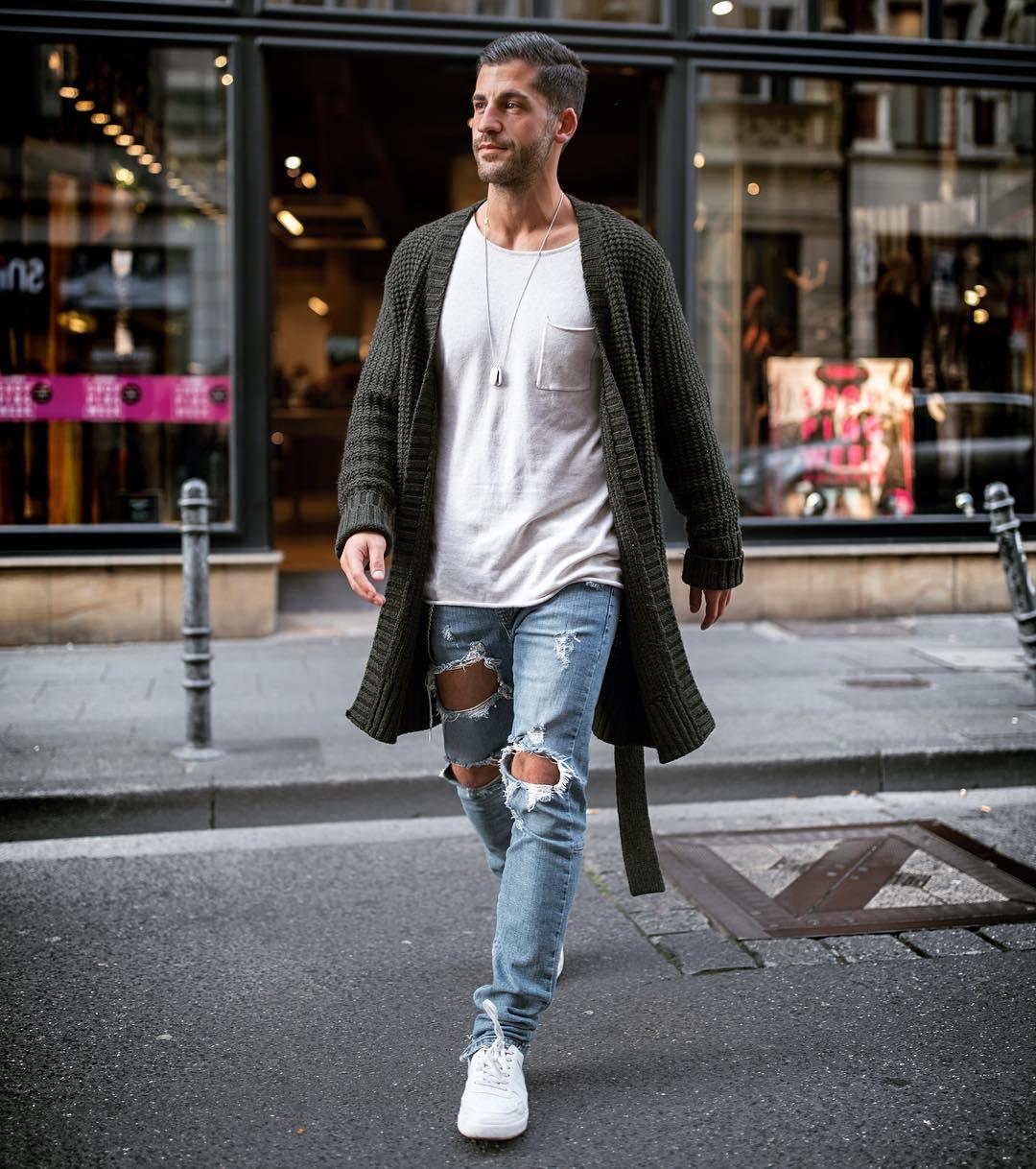 モスグリーンロングカーディガン×白ポケットTシャツ×ダメージジーンズ×白スニーカー