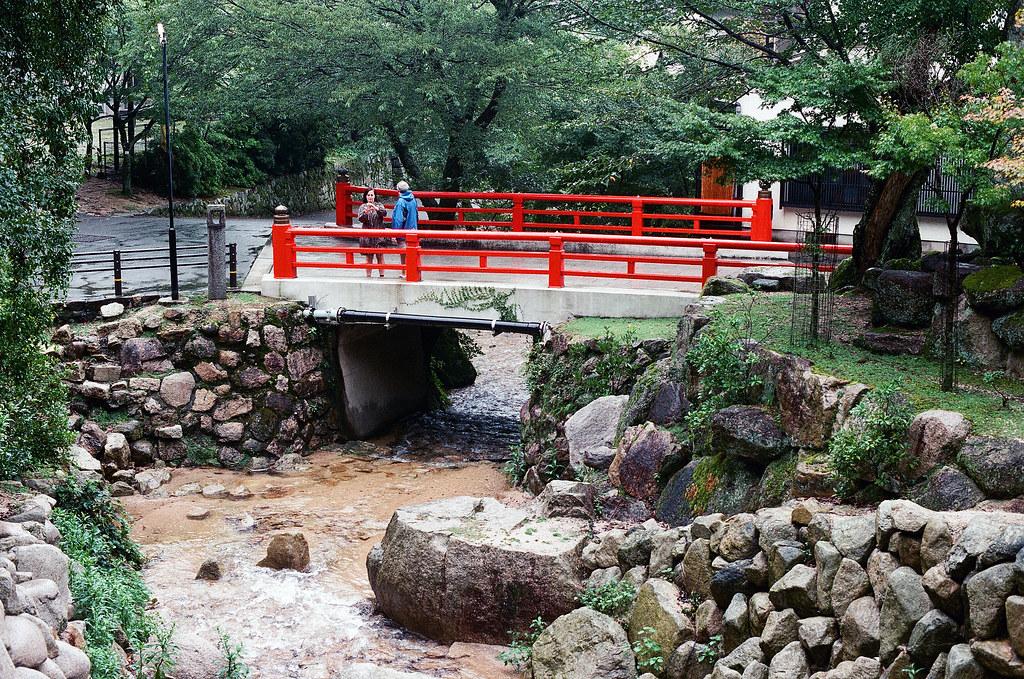 大聖院 嚴島(Itsuku-shima)広島 Hiroshima 2015/08/31 橋,底下水很多,因為一直在下雨。  Nikon FM2 / 50mm FUJI X-TRA ISO400 Photo by Toomore