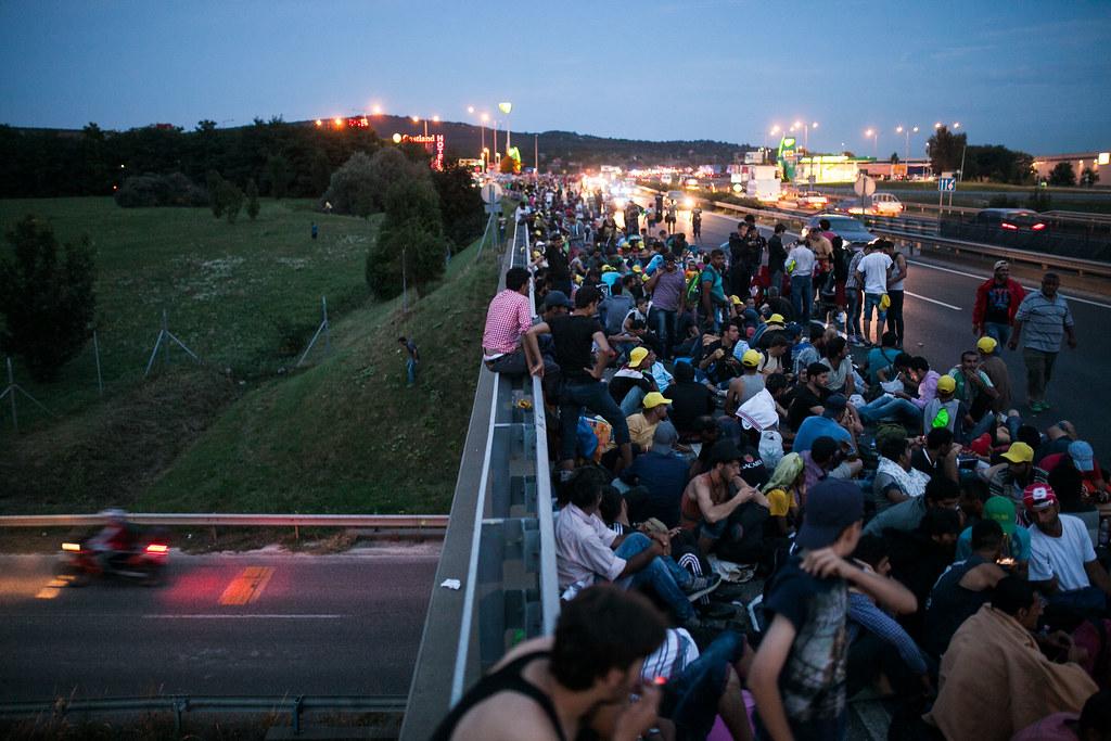 Migránsok gyalogolnak Bécsbe