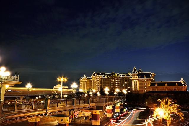 舞浜駅から見るリゾートラインとディズニーランドホテル