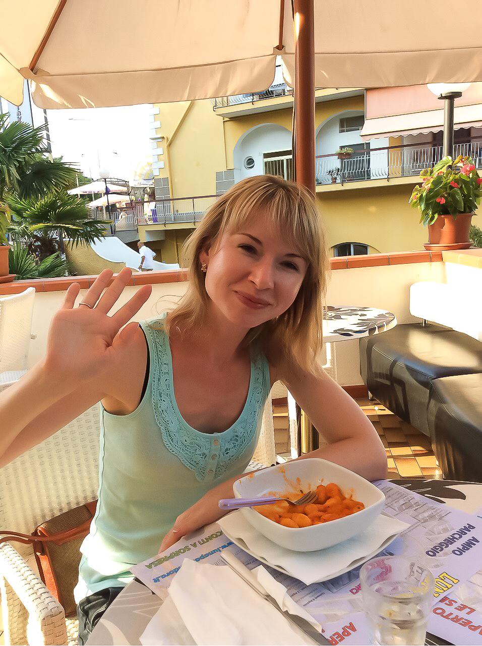 Не знаю как кому, но мне после купания, всегда хочется есть! А как можно в Италии не есть? Найдена одна из ближайших кафешек, и крайний столик был окупирован нами в течение пяти минут.