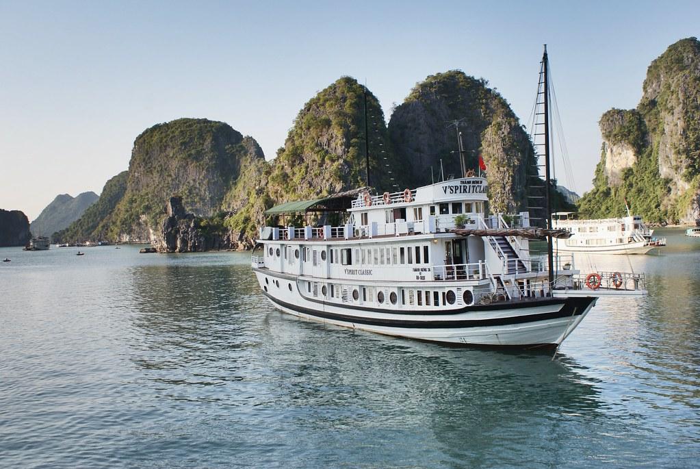 Bateau de croisière dans la baie d'Halong au Vietnam.