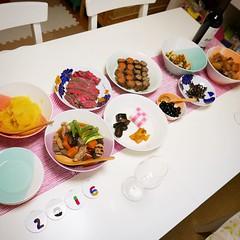 おせちっぽいものを作りました。お重などはないのでお惣菜屋さんみたいですが。子どもが寝静まってやっと食べられる夜10時。ひとときのやすらぎ。 #osechi #newyear2016