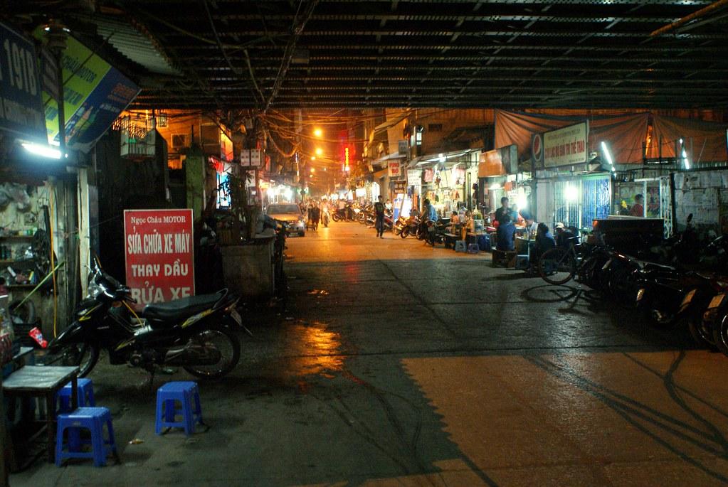 Réparateur en tout genre et usine en plein air sous le pont Cầu Chương Dương à Hanoi.