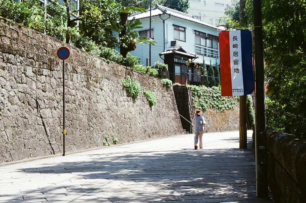 荷蘭坂 長崎 Nagasaki 2015/09/08 給阿姨一個背影的拍攝。  Nikon FM2 / 50mm Kodak UltraMax ISO400 Photo by Toomore
