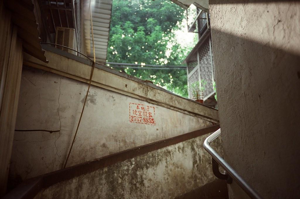 南機場夜市 / 電影底片 / Fujifilm 250D 8563 / Lomo LC-A+ 2015/11/07 南機場夜市間的公寓樓梯,樓梯牆上有搬家資訊的噴漆。我記得我小的時候有一段時間的樓梯間都被搬家公司的資訊誇張的貼滿滿的!  Lomo LC-A+ Fujifilm 250D 8563 3164-0023 Photo by Toomore