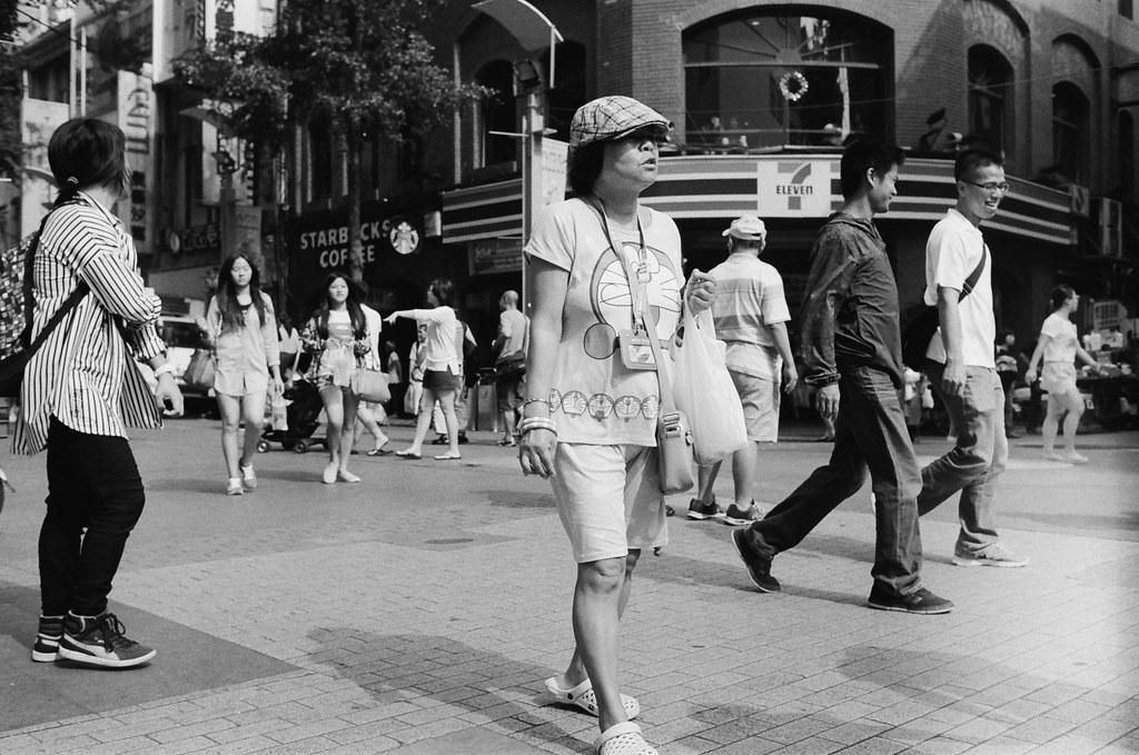 西門町 台北 2015/11/07 裝了一捲黑白底片到西門町拍攝,西門町很多地方都可以停下來等畫面。  在日本走走拍拍的時候,發現黑白拍起來畫面其實很強烈,可能是因為把顏色拿走了吧,所以剩下構圖來傳達畫面的意思就變得比較直接一點吧!  總之,回來台灣後,保持像在旅行時的好奇感繼續拍照!  Nikon FM2 Nikon AI AF Nikkor 35mm F/2D Kodak TRI-X 400 / 400TX 2940-0013 Photo by Toomore
