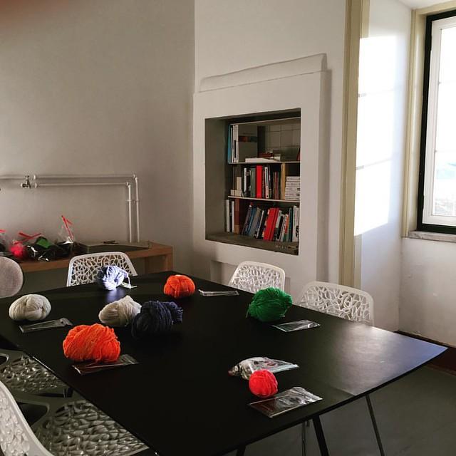 Tudo pronto para o #workshop de #tricot de amanhã, com a melhor vista de #Lisboa . Até amanhã!