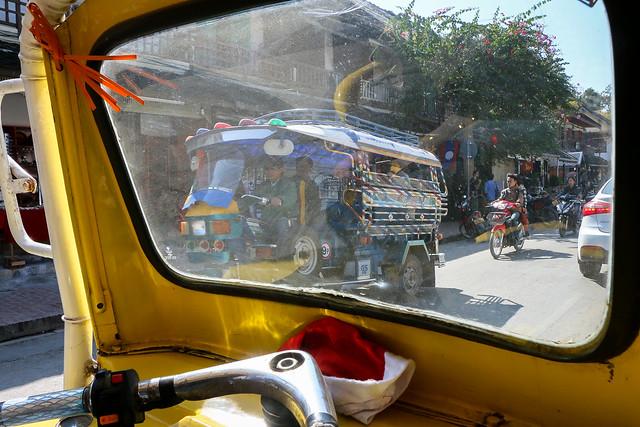 Street in Luang Prabang seen from a tuk-tuk, laos トゥクトゥクの助手席から見るルアンパバーンの道