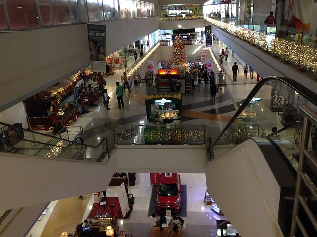 セブ島のJ Centre Mall。広くてきれい。大きなスーパーマーケットがある。