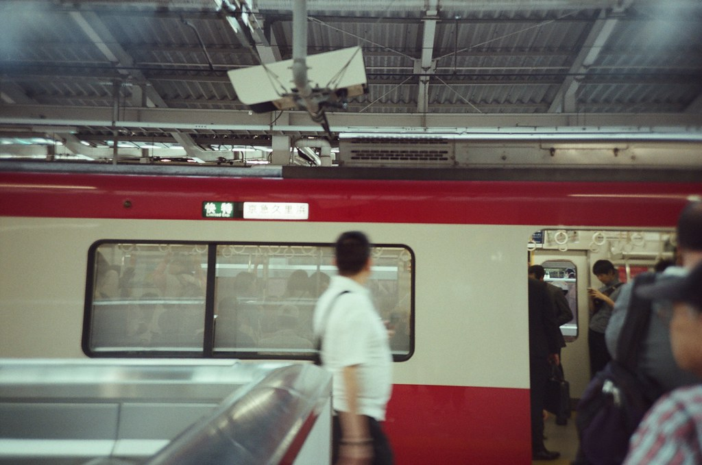 橫濱 Yokohama, Japan / Fujifilm 500D 8592 / Lomo LC-A+ 常常在小說看到久里濱這個地名,也常常在東京往來的列車看到開往這裡的終點列車。  久里濱究竟是什麼神秘的地方,每次想不到下一次的日本旅行要去那時,總是會有不斷在我面前跳出的地名!  好喔,找個時間出發去久里濱。  Lomo LC-A+ Fujifilm 500D 8592 7394-0007 2016-05-21 Photo by Toomore