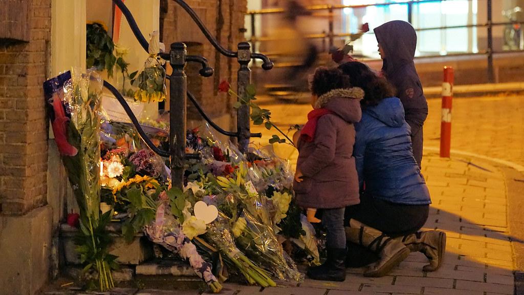 Bloemen op de trap bij het Franse consulaat in Amsterdam