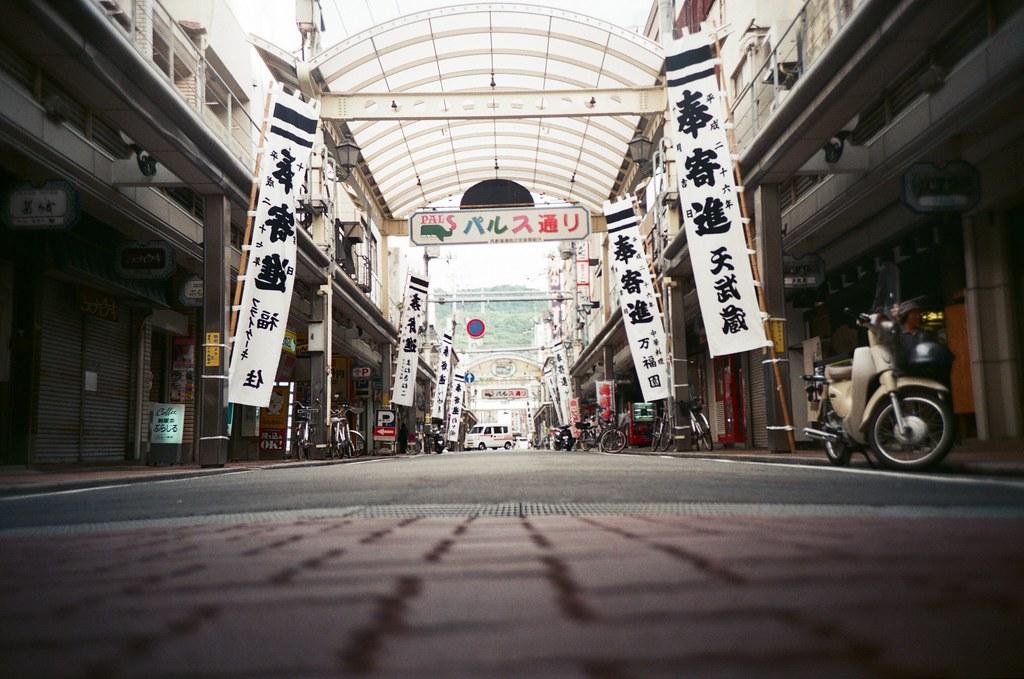 吳 Hiroshima, Japan / FUJICOLOR 業務用 / Lomo LC-A+ 放在地面拍攝的畫面不完全是將相機整個貼在地面上,其實我是墊在腳板上。  因為這樣拍起來地面的部分可以控制在 1/3 處,剩下 2/3 的部分可以紀錄周圍的狀況。  喜歡這張的暗角,而遠方有一台郵便車經過!  Lomo LC-A+ FUJICOLOR 業務用 ISO400 4898-0010 2016-09-26 Photo by Toomore