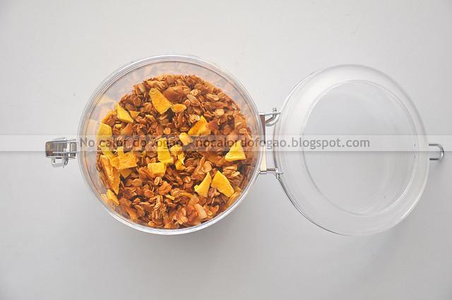 Granola tropical de coco, castanha de caju e manga