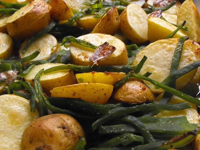 Batatas no forno com feijão verde
