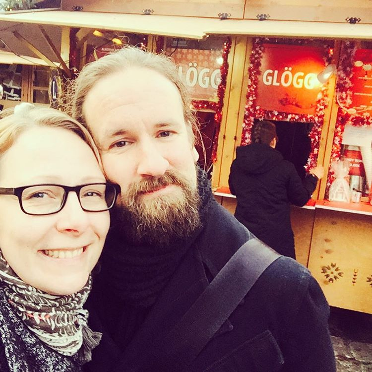 A hot wine stall and some happy faces. We are ready for you, Christmas! #tallinna #tallinn #visittallinn #oldtown #townhallsquare #christmasmarket #christmasmood #joulufiilis #joulumarkkinat #glögi #pariskunnanmatkablogi #hemmotteluviikonloppu