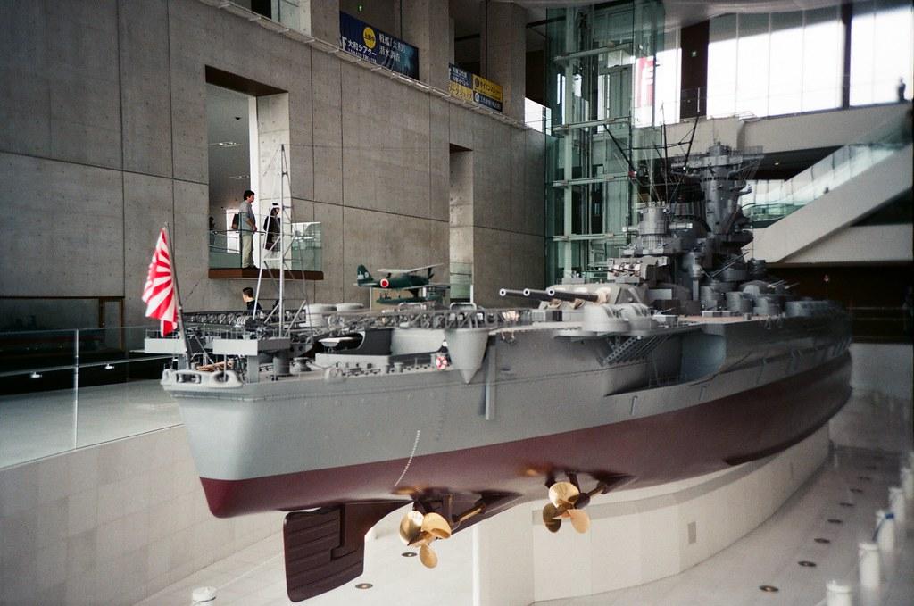 大和博物館 吳 Hiroshima, Japan / FUJICOLOR 業務用 / Lomo LC-A+ 1:10 的大和戰艦,從船尾的地方拍。  仔細看模型,大和戰艦真的好精細,當時如果齊發的話,聲音和震撼不知道有多大!  Lomo LC-A+ FUJICOLOR 業務用 ISO400 4898-0004 2016-09-26 Photo by Toomore