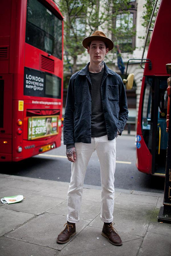 キャメルハット×チャコールグレーワークジャケット×グレーTシャツ×白パンツ×ブラウンチャッカブーツ